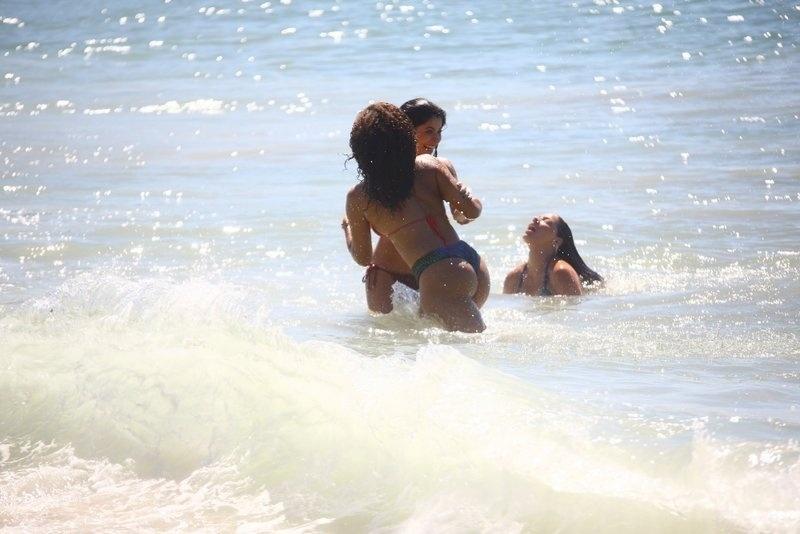 6.fev.2017 - Anna Lima e Juliana Alves (de costas) se divertem durante gravações