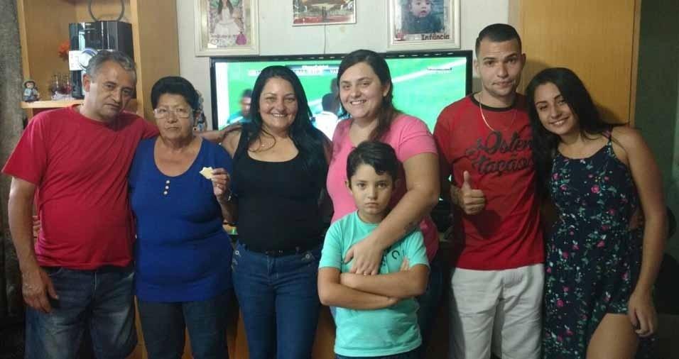 """Alaíde Lucinda de Almeida com a filha Adriana Andrade, de São Paulo (SP), o genro e os netos, que declaram: """"amamos muito e não seríamos nada sem ela"""""""
