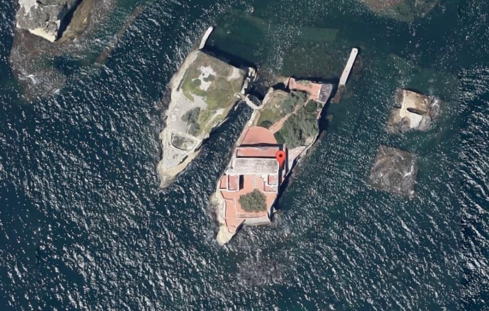 6.nov.2016 - Imagem de satélite mostra a Ilha de Gaiola. O local, a poucos metros da costa, fica no extremo sul da Itália, próximo da região de Nápoles