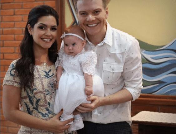 21.dez.2016 - Atriz Thais Fersoza publicou imagens do batizado da filha Melinda ao lado do marido Michel Teló e escreveu: