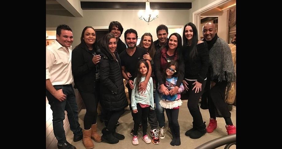 """2.fev.2017 - Luciano também fez questão de postar uma imagem da família reunida nos Estados Unidos. """"E a noite foi regada a vinhos, carnes e muita conversa boa.... Noite especial com pessoas especiais!!!!!"""", disse o sertanejo na legenda"""