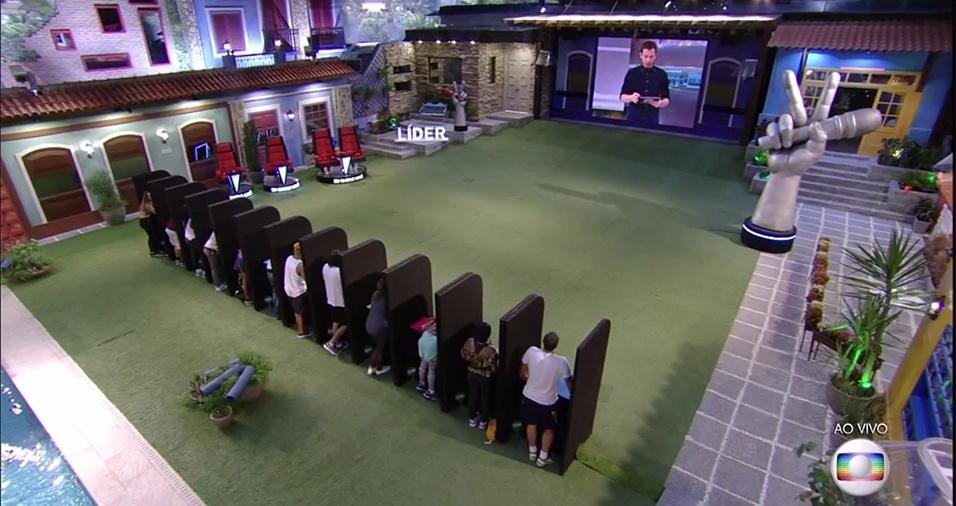 """16.fev.2017 - Tiago Leifert explica as regras da prova do líder, que esta semana é de """"sorte"""". Os brothers devem assistir a audições do """"The Voice Kids"""" e dizer se a criança foi aprovado pelos jurados ou não"""