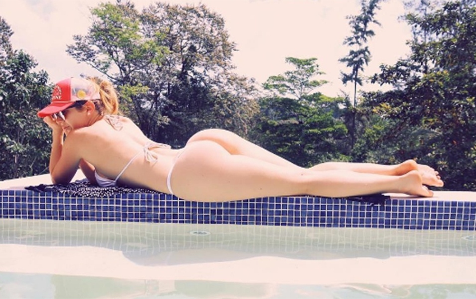 4.mar.2017 - Em outra imagem, a atriz pornô Jayden James aparece deitada de bruços na beirada da piscina