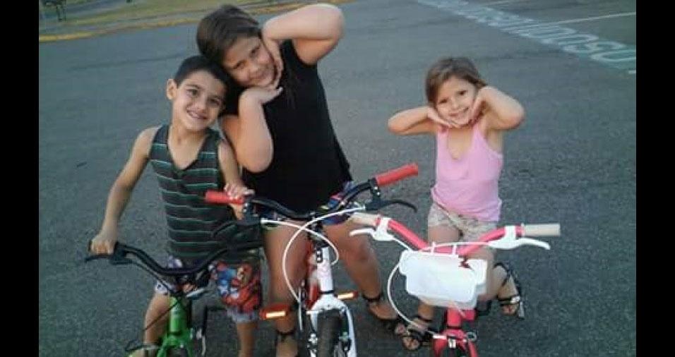 Os pais Ani Kelly e João Rodrigo enviaram foto dos filhos Anny Gabrielly, Rafaelly e Luiz Guilherme