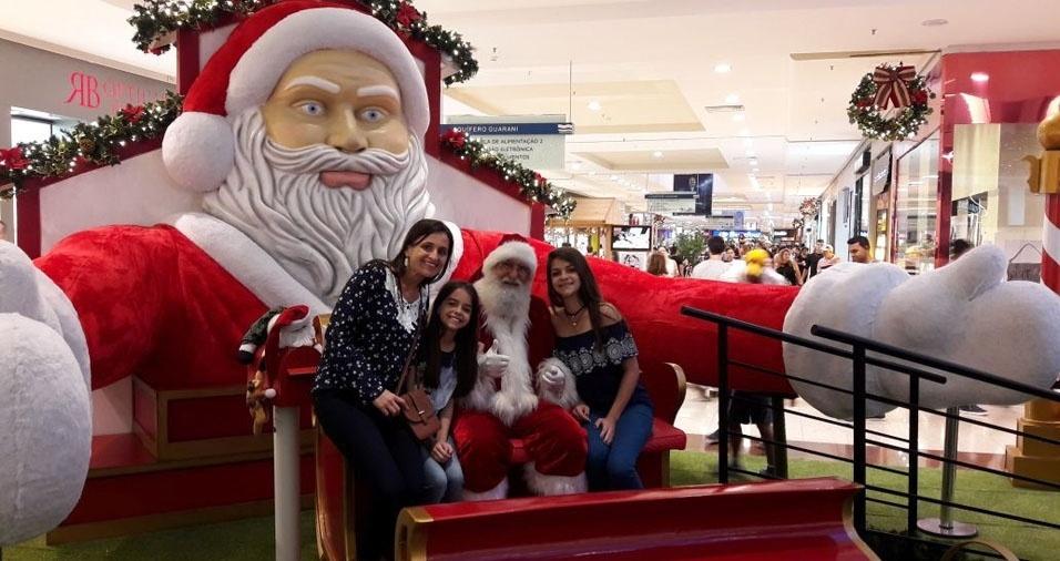 Crismeire, Laura e Thais com o Papai Noel, de Sales Oliveira (SP)