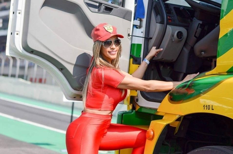 1.ago.2016 - A modelo Ana Paula Ferrari, que ficou conhecida como Mulher Ferrari, chamou a atenção durante uma corrida da Fórmula Truck, realizada no Autódromo de Interlagos, em São Paulo. Usando um look vermelho justíssimo, boné e óculos escuros, a gata desfilou seu corpo sarado pela área dos boxes, posou com Aurélio Júnior - que faz performances com caminhões - e se arriscou em uma das máquinas da competição