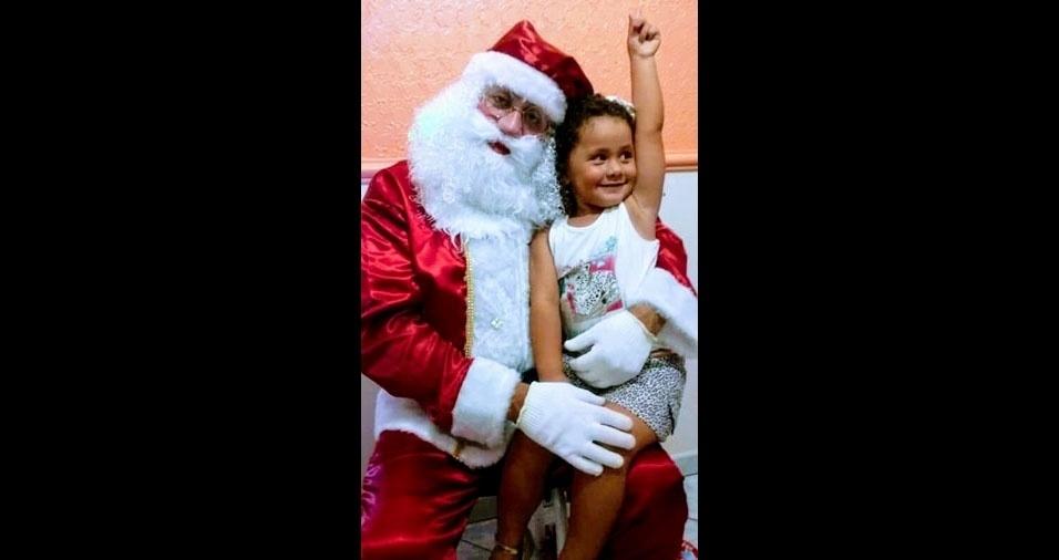 O  Papai Noel Carlos Alberto com a filha Ana Lívia, de São Carlos (SP)