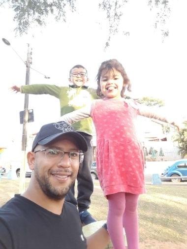 Claudinei de Andrade, em foto com os filhos João Pedro e Anne Caroline