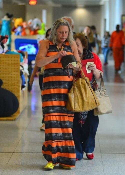 6.nov.2015 - No aeroporto Santos Dumont, no Rio de Janeiro, Vera Fischer foi flagrada com um look despojado e sem maquiagem. Simpática, a atriz foi abordada por fãs e parou para tirar uma foto