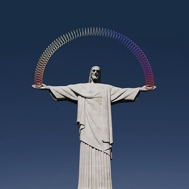 4.dez.2015 - O Cristo Redentor, símbolo brasileiro, também entrou na série de imagens com uma mola colorida