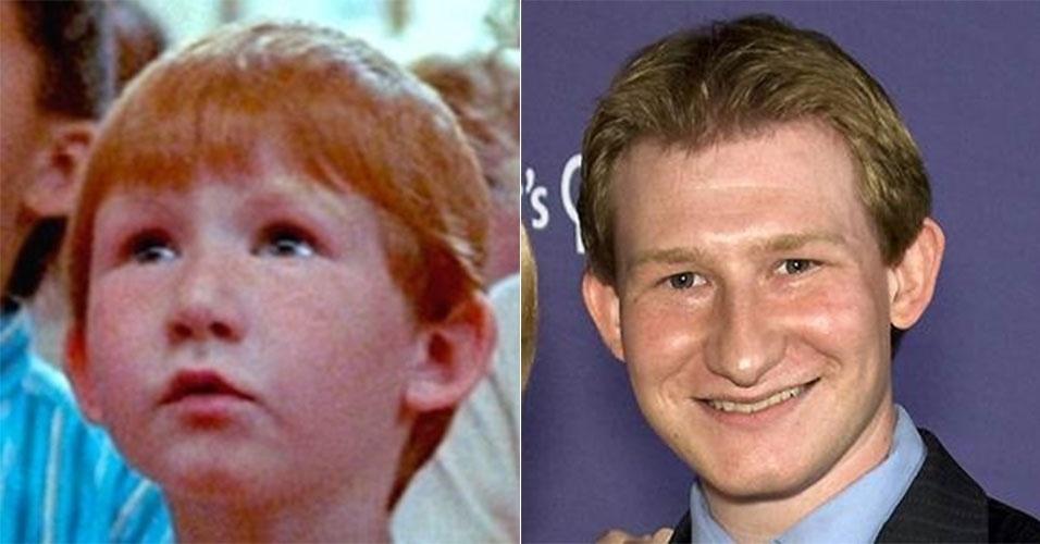 """Adam Wylie, que viveu Larry no filme infantil, continua no ramo artístico, mas por trás das câmeras. Adam atualmente trabalha com dublagens em desenhos animados, como """"Ben 10"""" e """"Smurfs"""""""