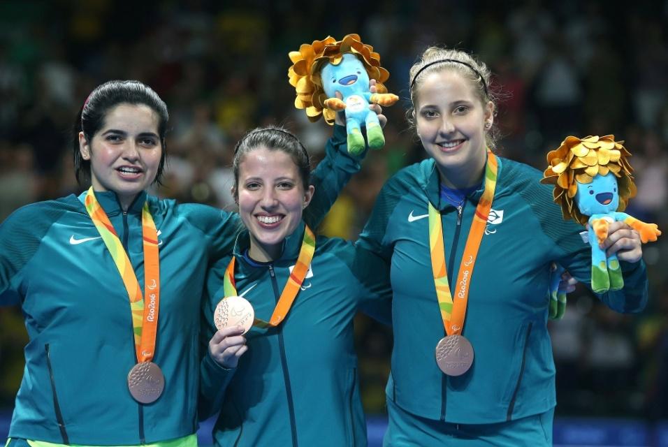 17.set.2016 - Bruna Alexandre, Jennyfer Marques e Danielle Rauen comemoram a medalha de bronze conquistada pelo Brasil no tênis de mesa. Na classe 6-10 da competição por equipe, o trio derrotou a Austrália na disputa pelo terceiro lugar