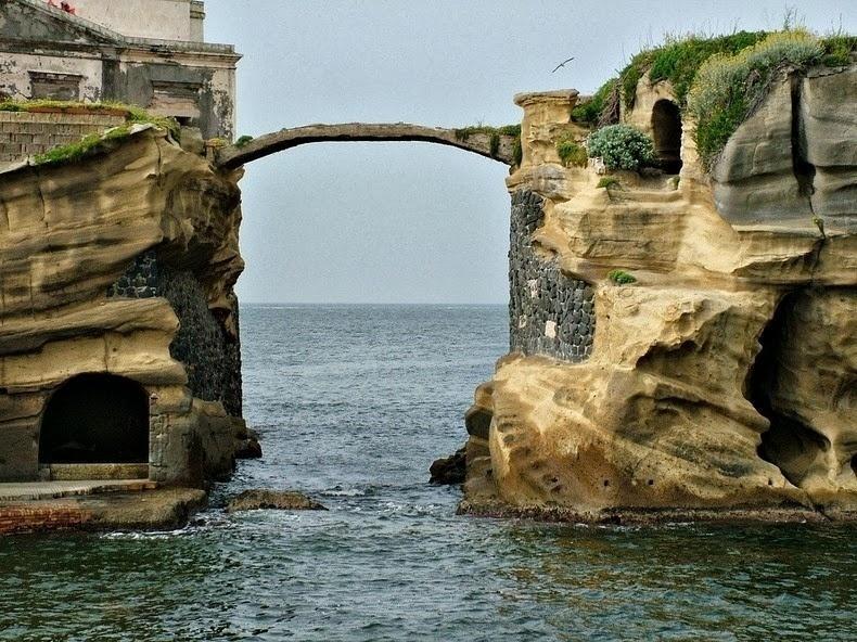 """6.nov.2016 - Uma ponte curvilínea liga os 2 ilhéus, que não têm mais moradores. Hoje, a Ilha de Gaiola é meramente uma """"atração"""" turística, que encanta, no entanto, poucas pessoas"""