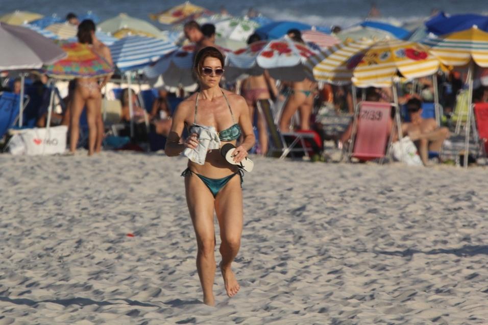 29.dez.2016 - Letícia Spiller não se intimidou com o sol no Rio de Janeiro e correu pela areia da praia da Barra da Tijuca