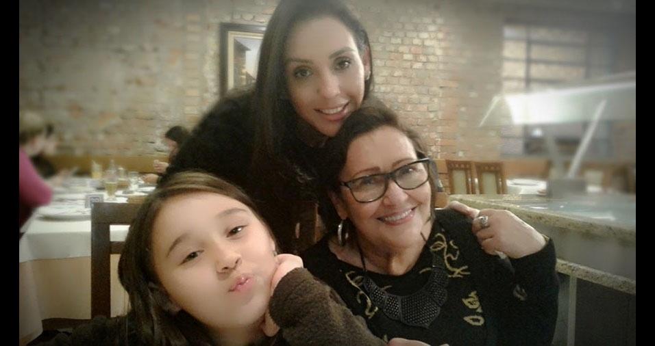 """Duda Dolejal, de Porto Alegre (RS), é a mamãe da Josieli, que é a mamãe da Júlia: """"Uma homenagem em gerações. Muito amor envolvido"""""""