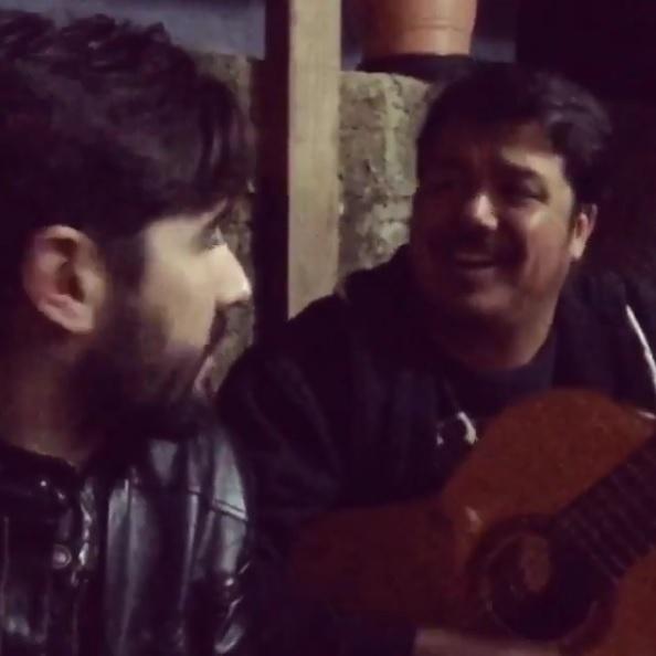 """7.mai.2016 - No Instagram, Sandro Pedroso publicou um vídeo onde canta ao lado do irmão, que morreu ao contrair a gripe H1N1. """"Poxa meu irmão por que você foi morrer??! Meu irmão acaba de me deixar"""""""