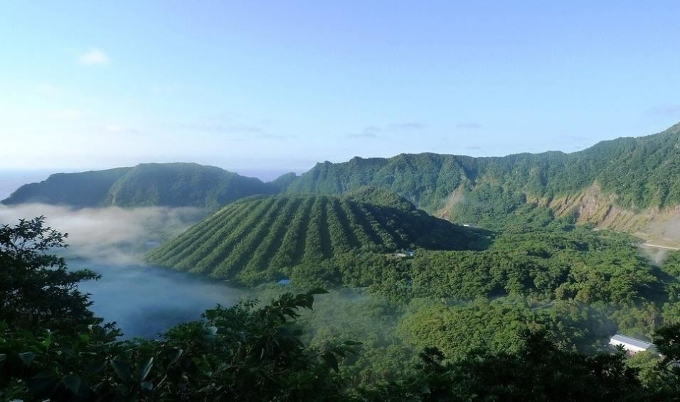 4.dez.2016 - Tem coragem? Ilha de Aogashima, a 350 km de Tóquio, é um desafio para os corajosos de plantão