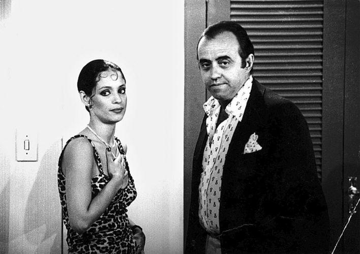 """1978 - A atriz Sonia Braga e o ator Mauro Mendonça durante a gravação da novela """"Dancin' Days"""", de Gilberto Braga"""