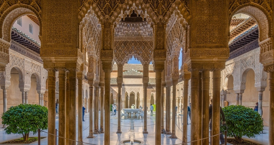 24. O complexo de Alhambra é localizado na cidade de Granada, na região da Andaluzia, e é composto de um palácio e uma fortaleza alcazar, da Dinastia Nasrida. O Palácio de Carlos 5º foi erguido em 1527 e seu interior conta com uma decoração árabe de beleza estonteante, assim como o Generalife, uma área composta por  jardins e fontes