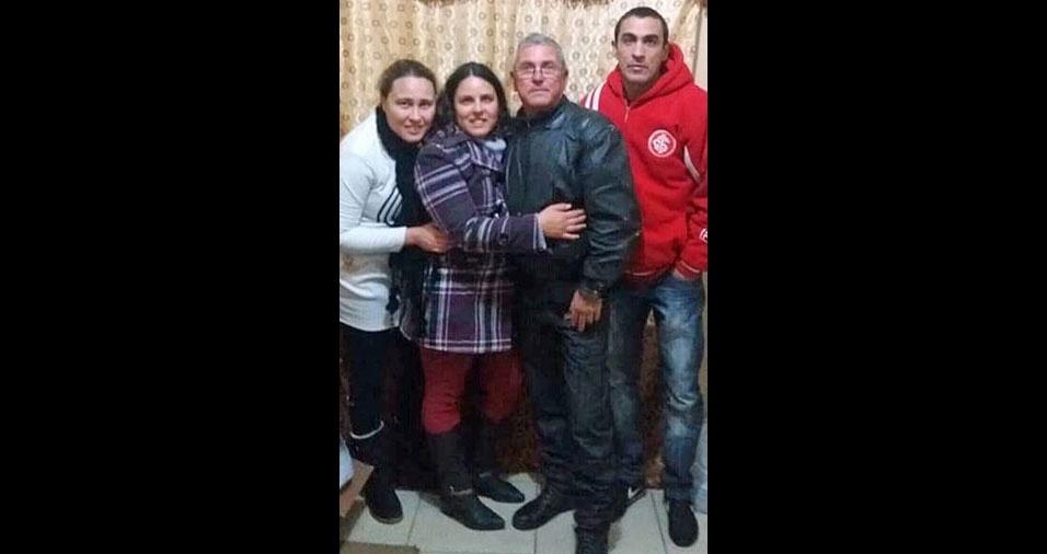 """Alexandre, Adriana e Fabiana, de Rio Grande (RS), homenageiam o papai Carlos Ramires: """"Te amamos!"""""""