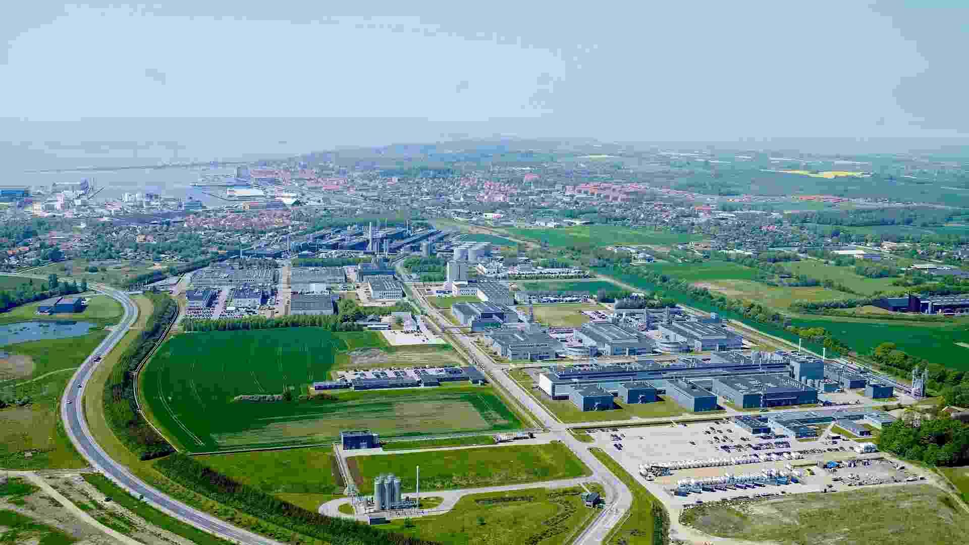 Set.2015 - Foto aérea mostra a fábrica de Kalundborg, na Dinamarca, a maior instalação de produção de insulina do mundo. A empresa dinamarquesa tem parques industriais em seis países, que produzem a droga durante 24 horas todos os 7 dias da semana.  Fundada em 1923, a Novo Nordisk é responsável por alimentar mais de 50% do mercado mundial atual. - Divulgação/Novo Nordisk