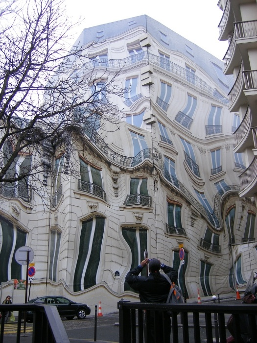 Fachada provisória instalada à frente de um prédio em reformas em Paris
