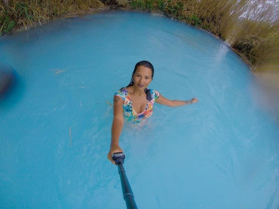 16.jan.2017 - Ariadna Arantes posa para selfie nas águas azuis das Termas de Saturnia, na Itália