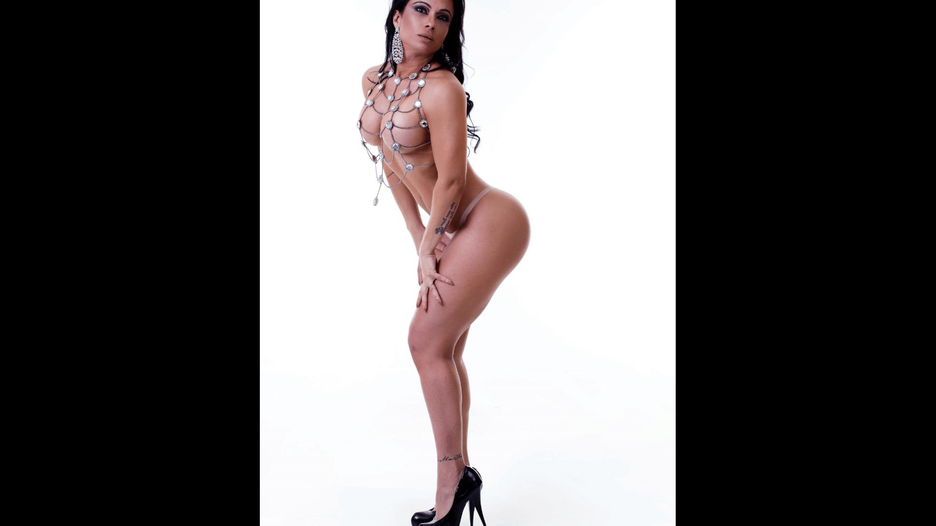 1°.fev.2017 - A modelo Dani Sperle desfila na Sapucaí há dez anos. No ensaio fotográfico, a musa da União da Ilha relembrou que frequentou os primeiros blocos na companhia dos pais