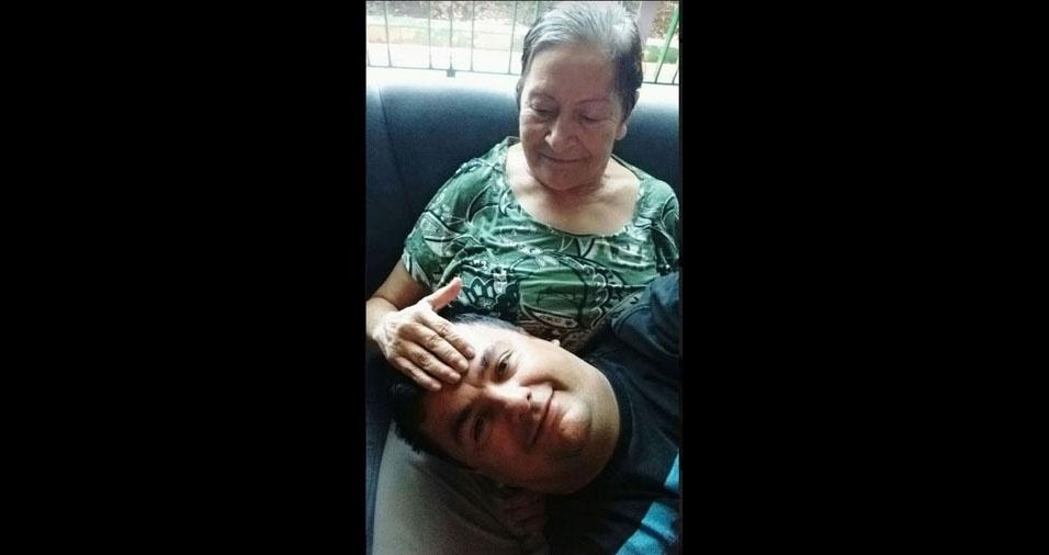 """Carlos posa com a mãe Maria Terezinha. Eles são de São Paulo (SP). Ele conta: """"Ela sofre de Alzheimer e já não me reconhece. Se um dia eu não puder expressar amor por você, sinta que em minha alma nada disso se perdeu"""""""