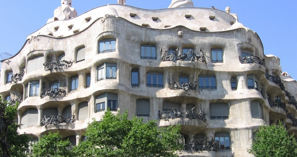"""13. Casa Milà, ou """"La Pedrera"""", em Barcelona, foi encomendada por Roger Segimon de Milà e construída entre 1905 e 1907. A residência localizada no Passeig de Gràcia, número 92, no bairro Eixample é considerada um patrimônio mundial da UNESCO, juntamente com outras obras de Gaudí"""