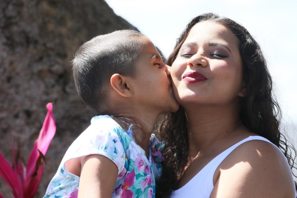 ABRACE. Mãe e filha demonstram o carinho e o companheirismo diário na luta contra a leucemia