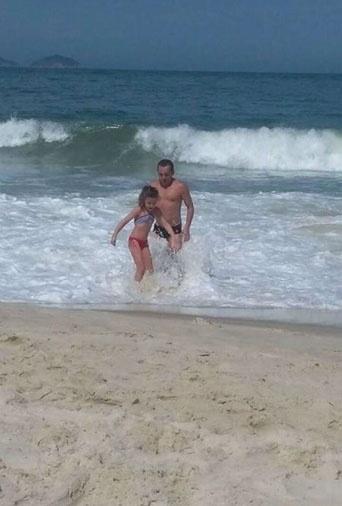 Clique de férias em Copacabana (RJ) da Isadora dos Santos Rochinsk com o pai Jean Alves dos Santos, de Brasília (DF)