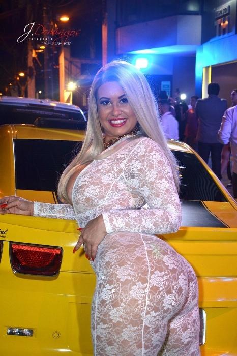 Cátia Carvalho faz ensaio com Camaro amarelo