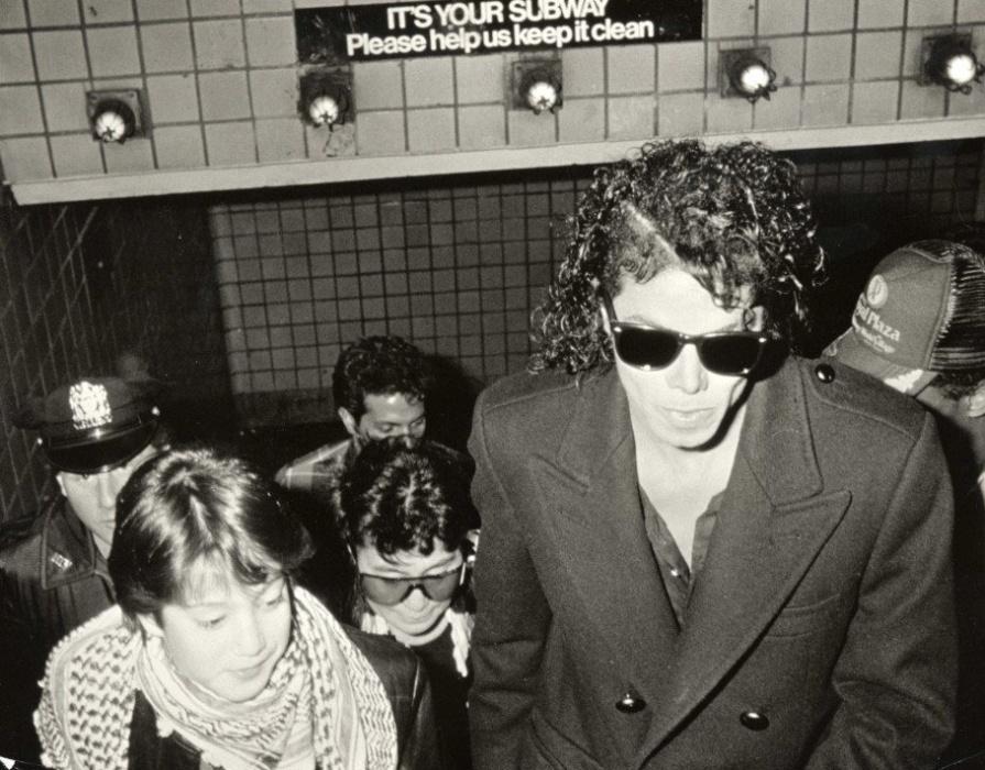 29.jul.2015 - Nesta imagem bastante antiga, Michael Jackson também mostra que era gente como a gente, na saída do metrô, cercado de pessoas