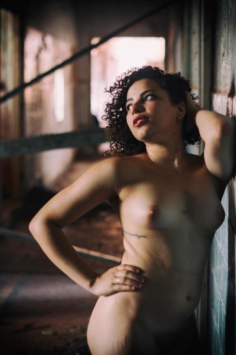 1°.out.2015 - Objetivo do Libertine é valorizar a beleza natural e questionar padrões de beleza estabelecidos por revistas, fotografando mulheres de todos os tipos físicos