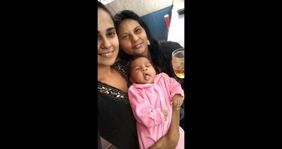 Juliana posa com a mamãe Maria Nilza e a irmã Maria Vitória, de Fruta de Leite (MG)