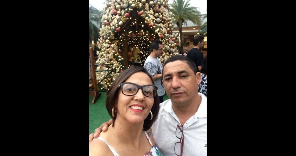 Silvana Aparecida com o marido na decoração de Natal no Shopping de Itu (SP)