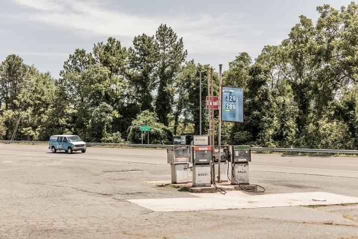 """6.ago.2015 - O fotógrafo alemão Robert Gotzfried, durante uma viagem pelo sul dos EUA, produziu uma série de imagens que mostram postos de gasolina desativados. Em alguns casos, os locais estavam deteriorados e tomados pelo mato. Foram fotografados postos abandonados de vários estados norte-americanos, entre eles Virginia e Tennessee. O projeto foi batizado de """"Filler Up"""""""