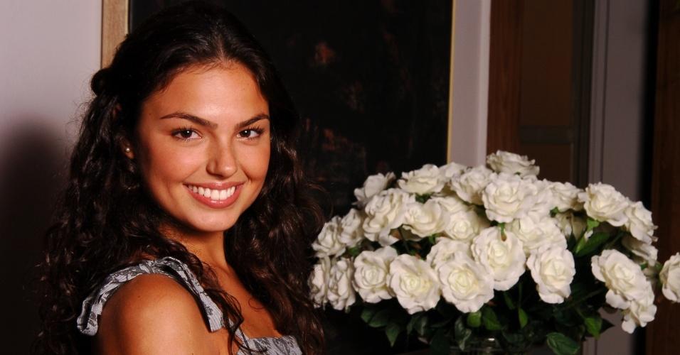 15.fev.2007 - Isis Valverde posa durante a apresentação da novela global