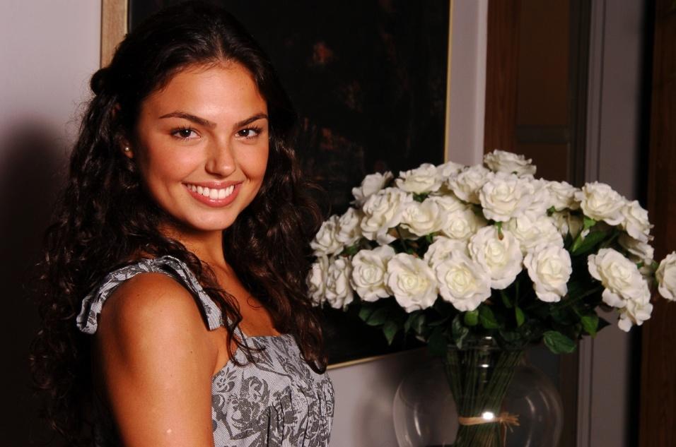 """15.fev.2007 - Isis Valverde posa durante a apresentação da novela global """"Paraíso Tropical"""" à imprensa"""