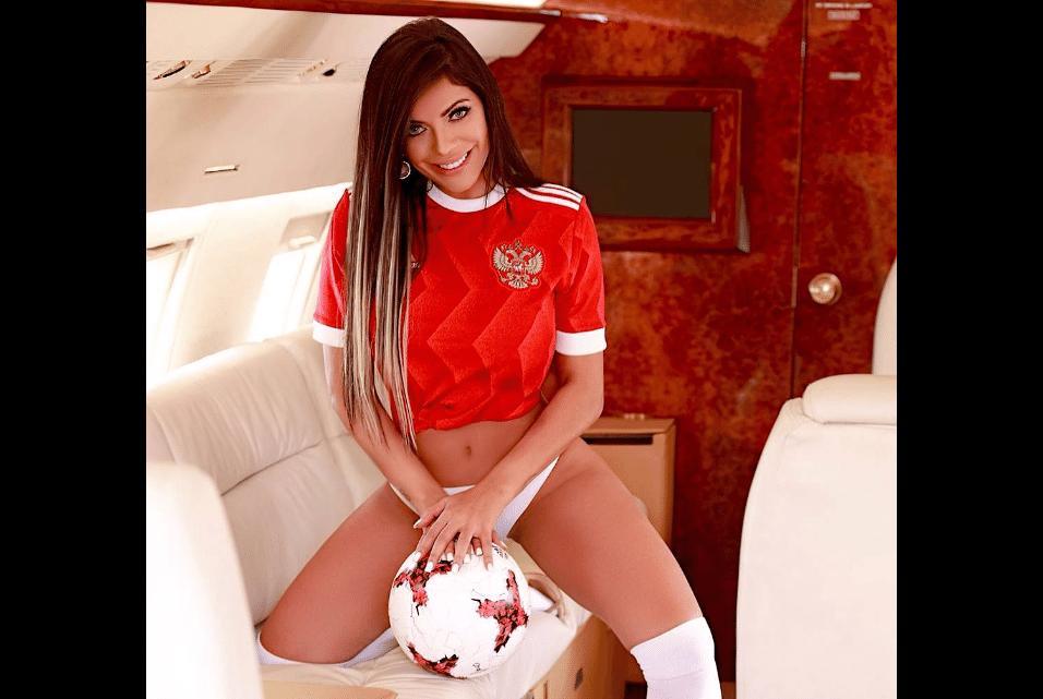 22.mai.2017 - Ensaio faltando menos de um mês para a Copa das Confederações levou Suzy Cortez de volta às cores da Rússia, seleção que representou em concurso de musas durante a Copa do Mundo de 2014