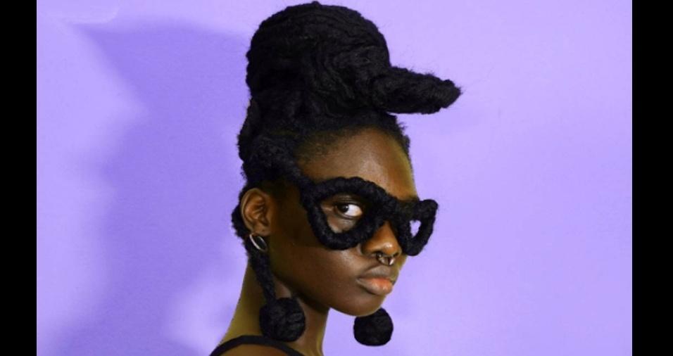 2. Quando o cabelo torna-se o melhor acessório: boné, óculos e brincos garantidos!