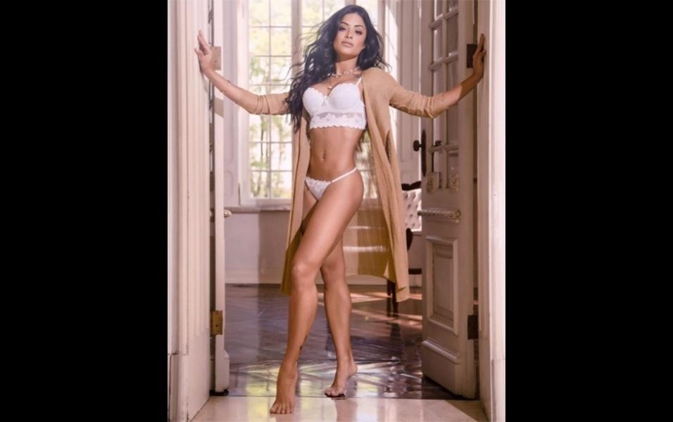 """1.ago.2017 - A modelo Aline Riscado usou sua conta no Instagram para promover uma nova coleção de lingerie. Os fãs da gata parecem ter aprovado as peças. """"Em você, tudo fica maravilhoso"""", escreveu um seguidor. """"Que mulher é essa! Você não existe! Linda demais"""", disse outro"""