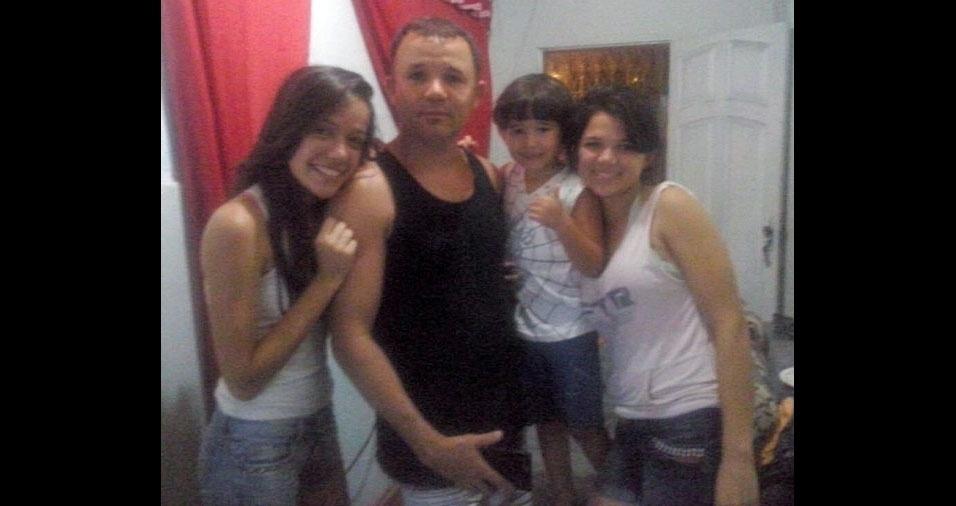 Alexsandro com os filhos Alessandra, Álex e Tainá, de Magé (RJ)