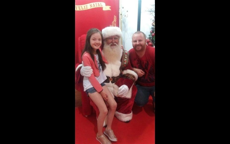 """Laíz Letícia e o pai, Jucemar Borges, de Pato Branco (PR), posam com o Papai Noel. """"Aqui já está em clima de Natal"""""""