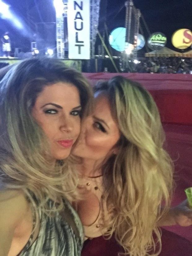 """19.jul.2015 - Dias depois de assumir ser bissexual, a ex-BBB Natalia Casassola deu um beijão na também ex-participante do reality Cacau Colucci em uma festa em Juazeiro do Norte (CE). As duas não se importaram com o público e trocaram carícias durante o evento. Horas depois, Cacau publicou uma foto das duas no Instagram e negou qualquer affair: """"Foi só um selinho"""", disse a morena na legenda"""