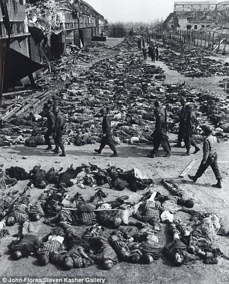 O fotógrafo registrou os corpos espalhados no chão de um campo de concentração.