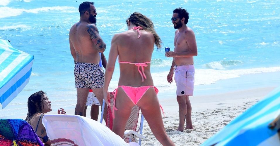 4.dez.2016 - Letícia Birkheuer foi flagrada curtindo o sol na praia do Pepe, no Rio de Janeiro. Usando um biquíni rosa, a atriz de 38 anos mostrou que continua com a boa forma dos tempos de modelo