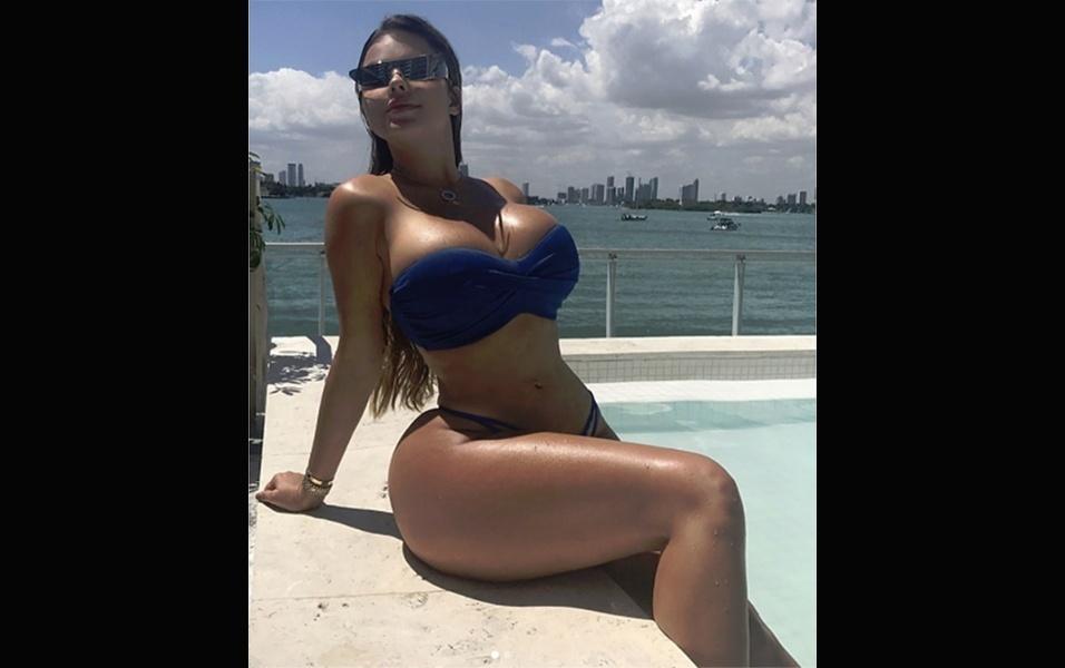 8.abr.2017 - A modelo Anastasia Kvitko nasceu na Rússia, mas atualmente vive em Miami, nos Estados Unidos. Aproveitando o clima ensolarado da região, a gata sempre aparece de biquíni em piscinas e praias
