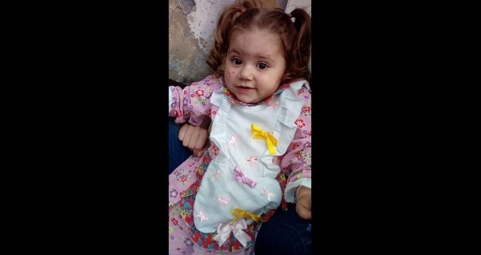 """A mamãe Michelle e o papai Carlos, de São Paulo (SP), apresentam: """"Esta boneca se chama Isabelly e tem um ano e oito meses"""""""